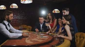 Ihmisiä pelaamassa Blackjackia